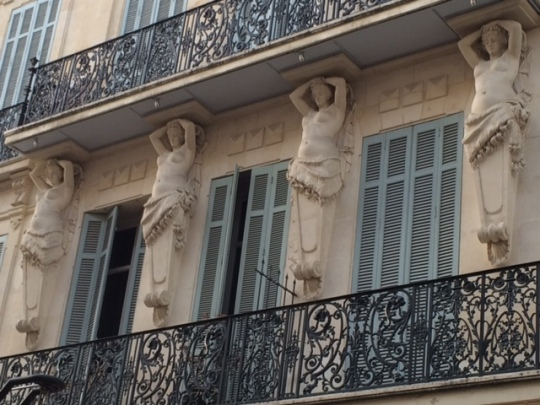 hot babes above eye level on rue d'Antibes